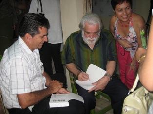 """Daniel Chavarría me dedicó su libro """"Y el mundo sigue andando"""""""