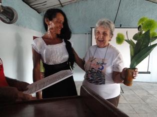 Madre del Héroe cubano René González compartió con vecinos de La Anacahuita.